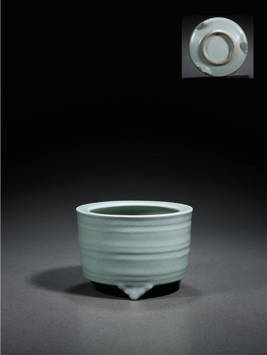 龙泉窑粉青釉弦纹炉   120万起拍,241.5万元成交