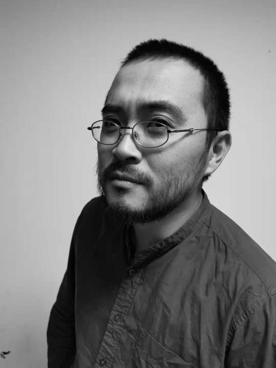 黃釗   畢業于中央圣馬丁藝術設計學院,現任北京服裝學院雕塑系講師。