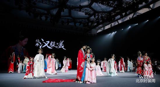 """""""传承汉服之美""""时装秀亮相2019北京时装周。图片由主办方提供"""