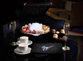 2位用的丽思酒廊及Giuseppe Zanotti的节日限定联乘下午茶,價錢為澳门币488元起。