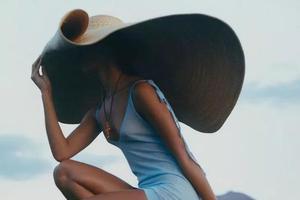 嫌撑伞遮阳费劲?时装精们防晒都戴这顶帽子