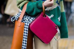时髦的人都在背两个包出门