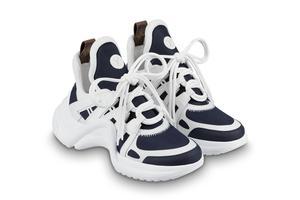 LV起诉鞋类品牌百丽抄袭其鞋款 两双鞋定价相差十余倍