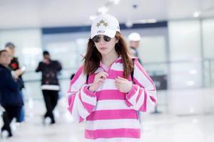 粉色条纹衫搭牛仔裤好减龄,43岁的赵薇越来越少女了