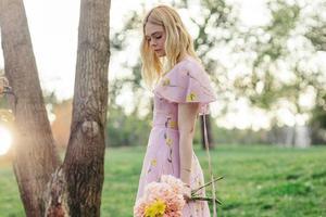 即使是仙女如Lily Collins 也有穿裙子的烦恼啊