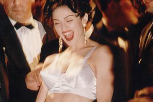 穿锥形胸罩走1991年戛纳红毯 你麦姐永远是你麦姐