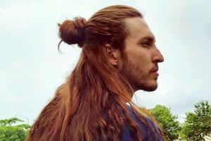 """一头红发留七年成了""""长发王子"""",他就是小仙男本男了吧!"""