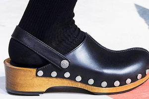别嫌它丑 木底鞋会是2019年你躲不过的潮鞋