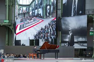郎朗弹钢琴助阵 众星出席老佛爷巴黎纪念仪式