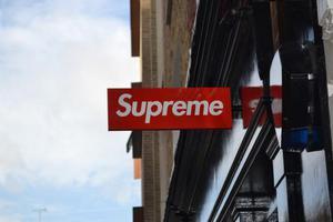 Supreme伦敦专门店失窃招牌疑似在eBay拍卖