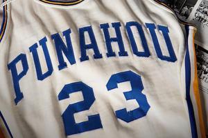 奥巴马高中时期校队球服拍卖 估价近10万美元