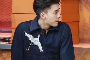 李易峰穿连体裤黄球鞋抢镜 白鹤图案秀出中国风