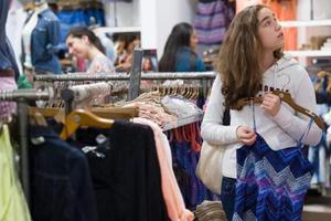 Z世代购物习惯或推动实体店复兴?