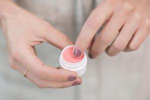 拥有上镜美唇不能只靠口红 日常唇部保养更重要