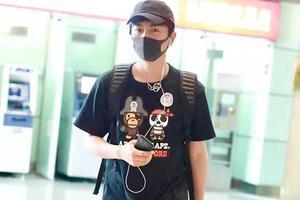 32岁陈晓当爸后魅力不减 卡通T恤配棒球帽阳光帅气