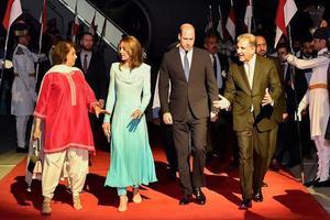 威廉王子夫妇合体 凯特穿蓝裙美出新高度