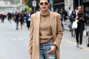 现在就穿大衣的女生 不是特怕冷就是特会穿