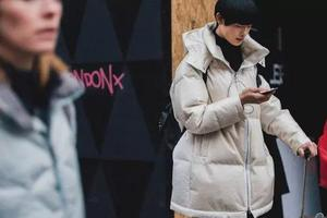 冬季时尚穿搭 高领上衣营造迷人装扮层次