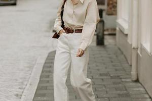 用一条白裤子打造精致职场人