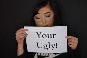 15岁美妆博主 因面部畸形被骂怪物 可她只想好好活着