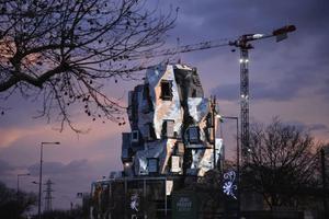 疯狂建筑大师出手 起皱易拉罐还是金属龙卷风?