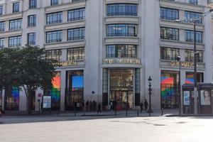 """法国解封首日出现""""报复性消费"""" LV和Zara门店排起长队"""