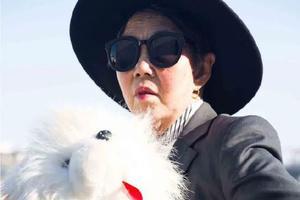 90后摄影师镜头下的奶奶 82岁穿梭闹市一样凹出时髦大片