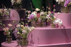 收到的花再美 也美不过风格迥异的花瓶