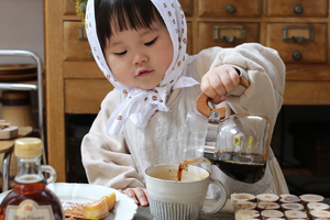 这个搞怪女孩的手冲咖啡和美食料理 也太可爱了