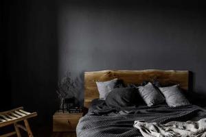 看腻了大白墙?学学这个超有格调的黑色卧室