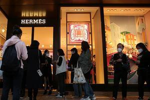 爱马仕不担心客流 新一波疫情间重开的香港海港城门店排长队