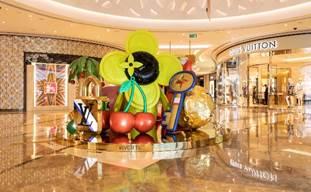 仿如超巨型的聚宝盘盛载着色彩丰富的饰物,取材自Louis Vuitton经典的Twist手袋、Archlight运动鞋及行李箱等