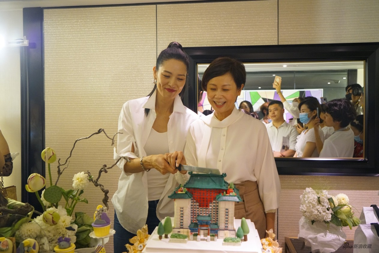 马艳丽女士(左)和AFIH创始人姚薇女士(右)合影
