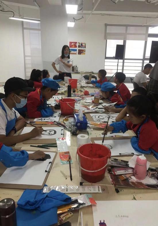 中国人民大学艺术学院绘画系的在读研究生员彩霞