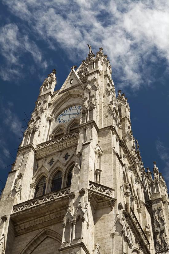 基多市内共有大小教堂、修道院87座,著名的有圣弗朗西斯科教堂、基多大教堂等