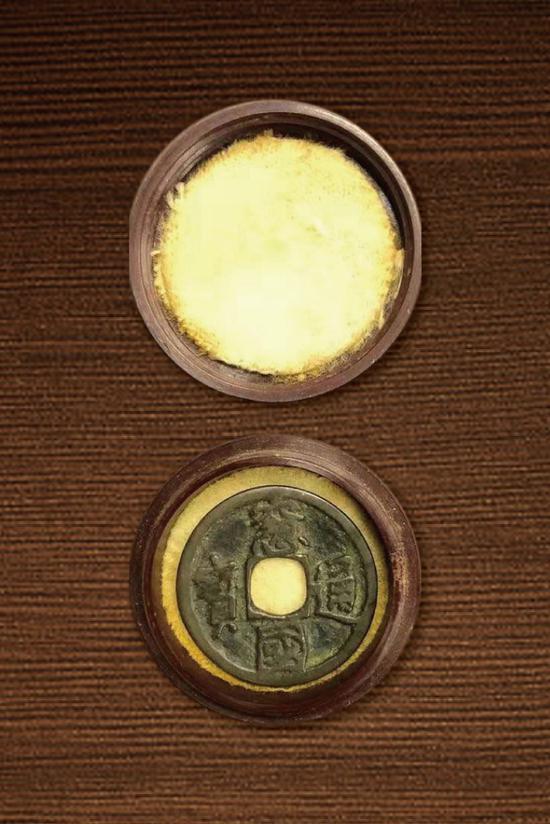 (图4-1:张叔驯藏泉小塑盒,盒内为窗国通宝)