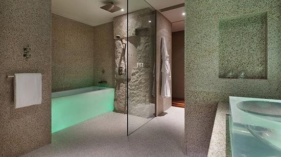 上海新天地安达仕酒店客房洗手间的浴缸和面盆也因氛围灯而变成了彩色的