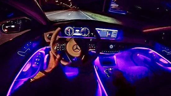 奔驰轿车内的氛围灯