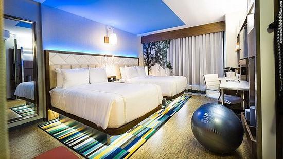 洲际中端品牌逸衡酒店(Even Hotels)既有健身球也有氛围灯的客房