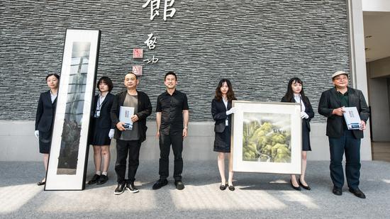 苏州美术馆馆长向乐震文、陆春涛颁发收藏证书