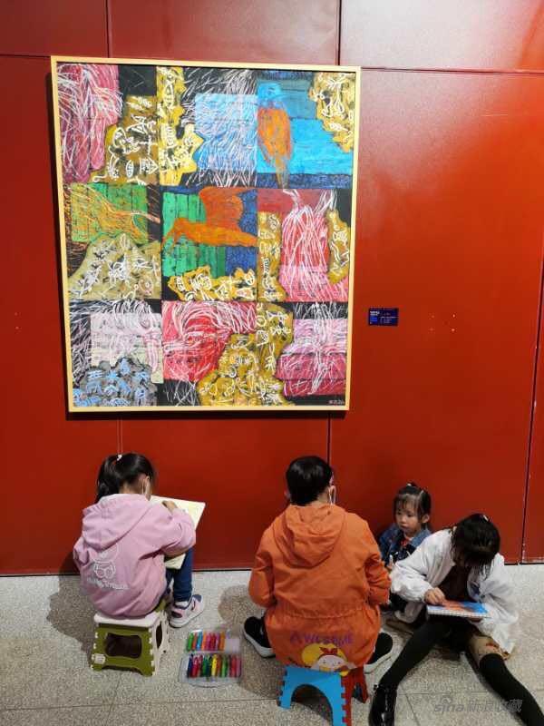 展览现场 小朋友临摹王馨曼展览艺术作品