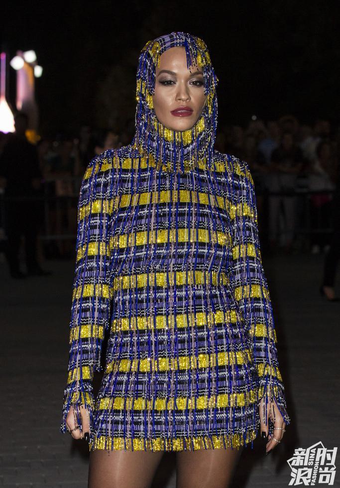 Rita Ora 现身Versace秀场外