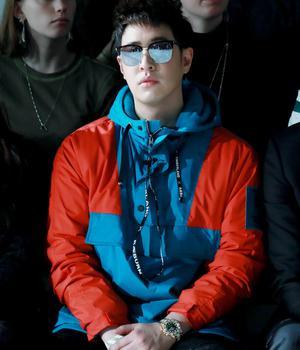 潘玮柏亮相伦敦时装周 撞色卫衣个性十足