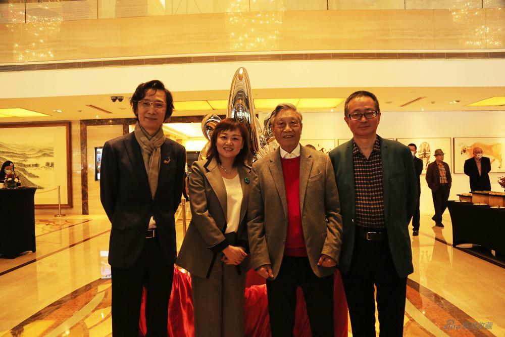 嘉宾合影(左起:著名评论家林明杰、上海国际贵都大饭店总经理陈姝娜、著名国画家陈家泠、著名策展人胡晓芒)