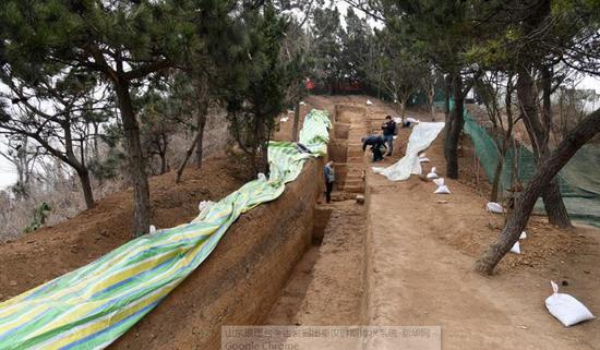 12月21日拍摄的琅琊台遗址考古发掘现场。新华社记者 李紫恒 摄