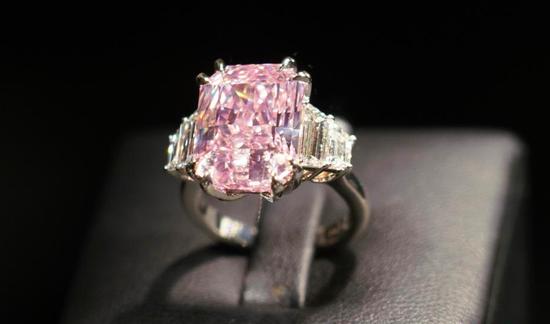 罕见紫粉色钻石戒指被拍卖