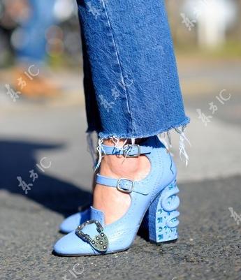 装饰元素鞋跟街拍图