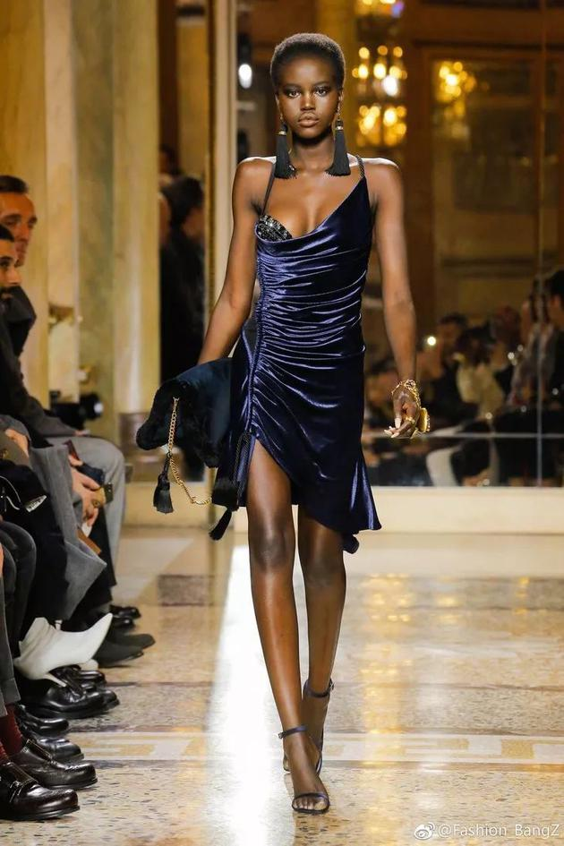 Valentino对她的喜欢也可见一斑,秀后马上出现在了大片上。