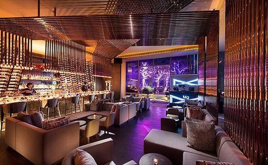 """在有彩色光的酒吧喝酒更容易喝醉 图:广州康莱德酒店""""镁""""吧"""