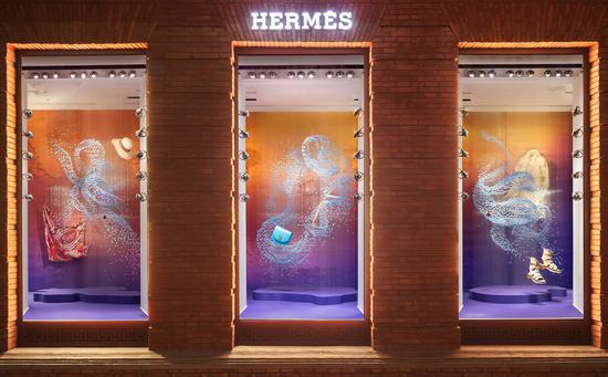 """上海""""爱马仕之家""""携手华人艺术家闫晓静女士,呈现《寄梦》夏季橱窗。橱窗以当代女性视角,将中国传统文化智慧与西方当代艺术语境诗意结合,踏上一段超越时空直抵内心本源及宇宙法则的幻境之旅。"""